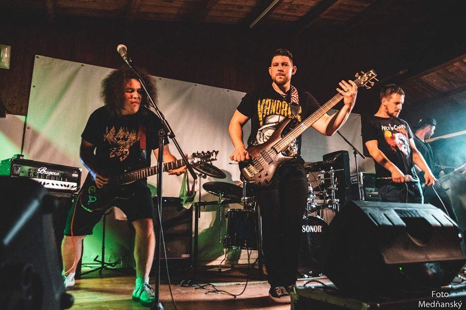 FIVE APES Tachovský nu-metalový válec, který …