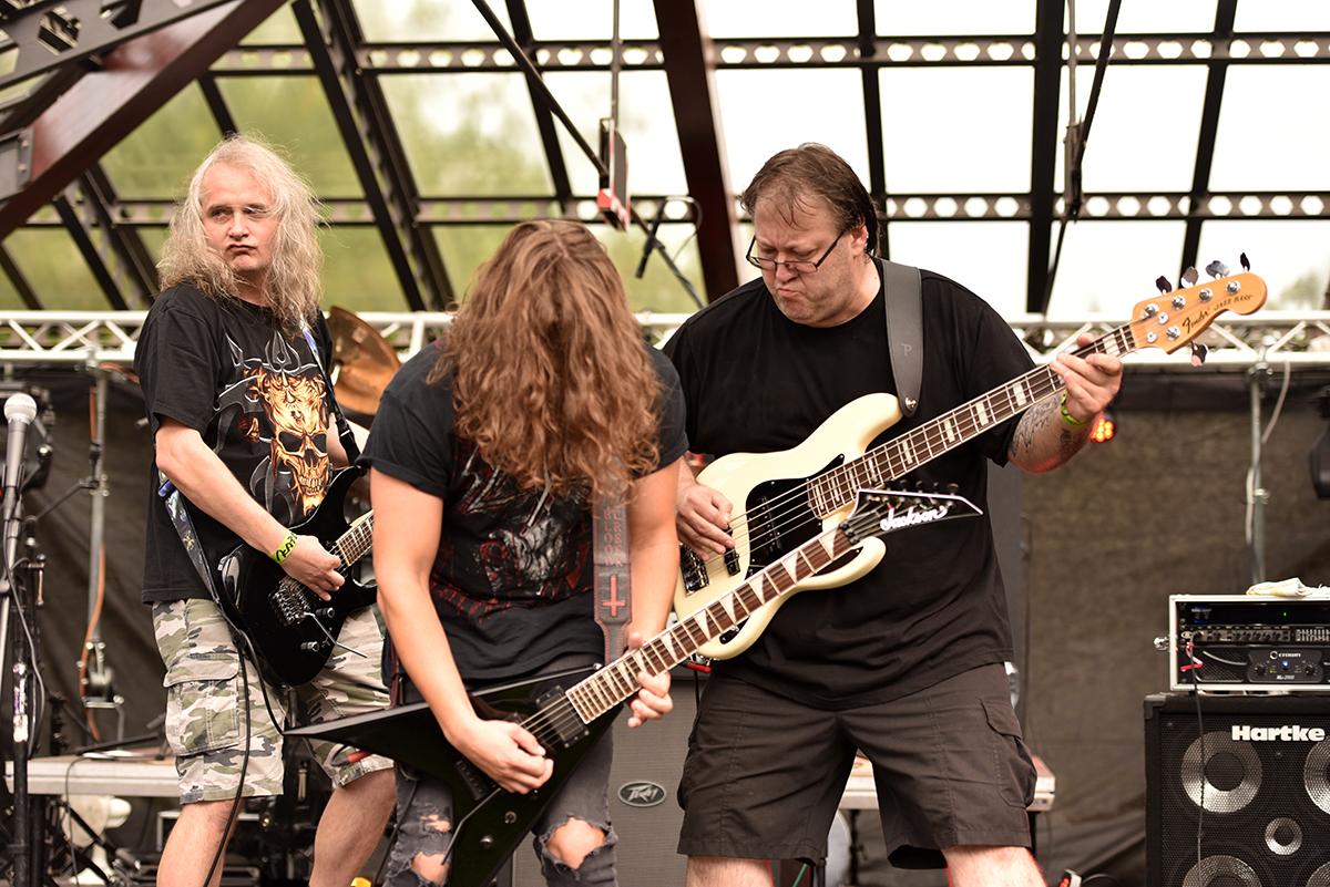 Po nich nastoupili Bloodcreek z Domažlic, kteří hrají thrash metal. Byla to výborná návaznost po úvodním nástupu a odlišný styl dodal hudební pestrost festivalu.