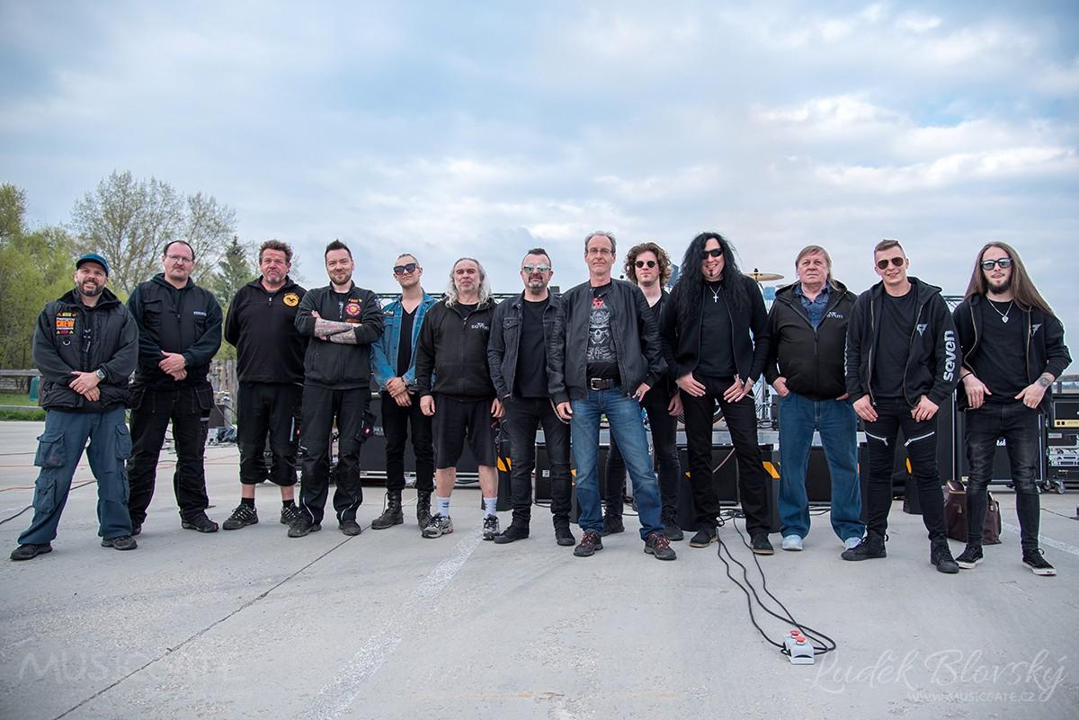 Kompletní tým z natáčení klipu Myšlenky kapely Seven