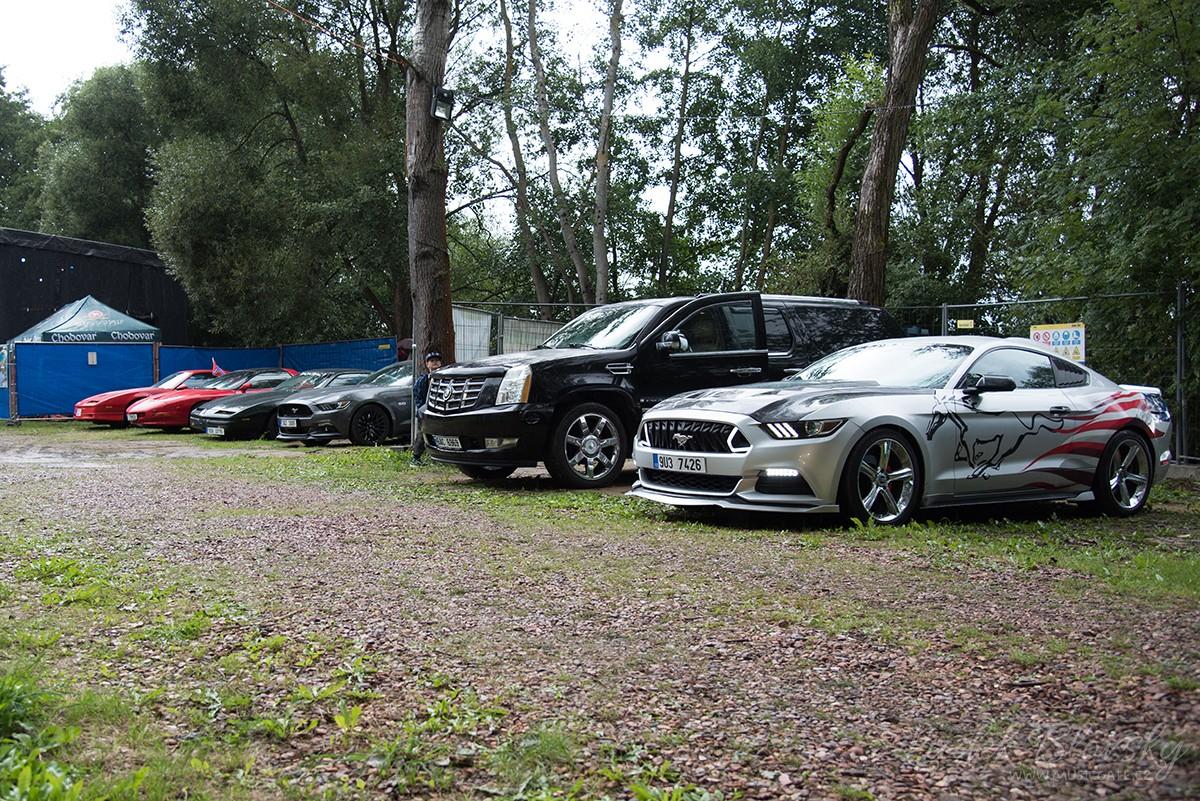 Výstava amerických aut byla pro mnohé hosty vítaným zpestřením