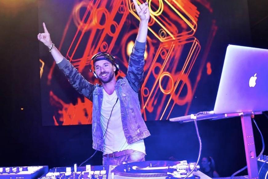 Co by měl DJ dělat, aby měl pod pódiem pořád …