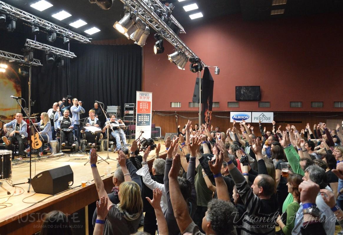 Na závěr svého koncertu si kapela udělala …