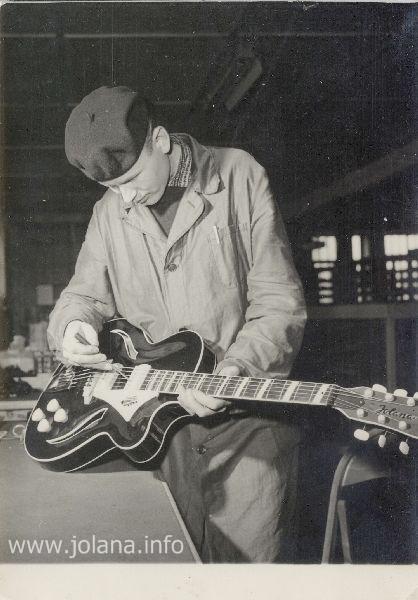 """""""A jaký byl následující osud výroby kytar v …"""