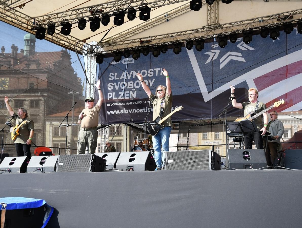 Pódium poté zaplnila česká skupina hrající …