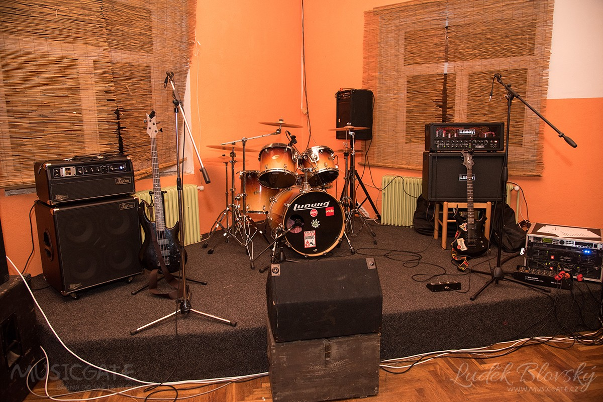 Pořádající skupina Knedlofil dolaďovala sál …