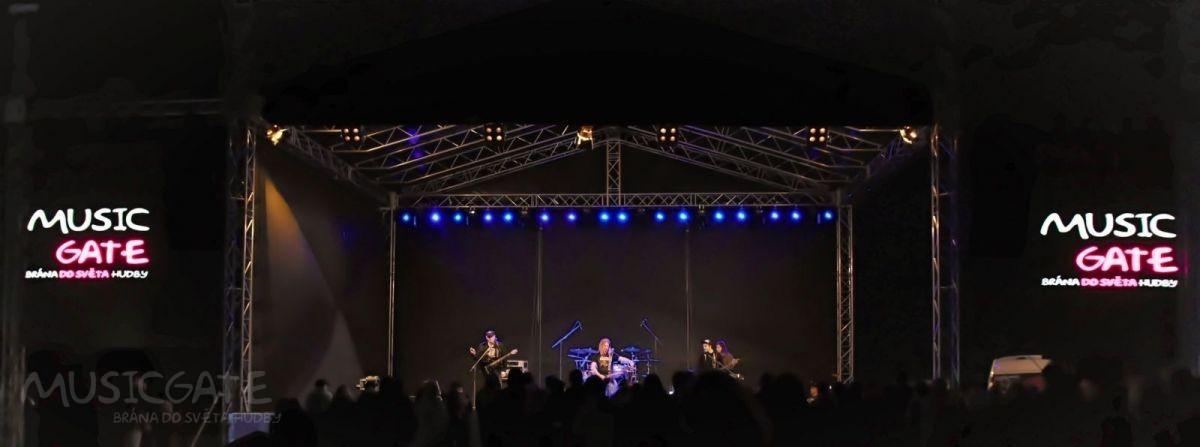 Tvrdé rockery na podium střídá dívčí kapela …