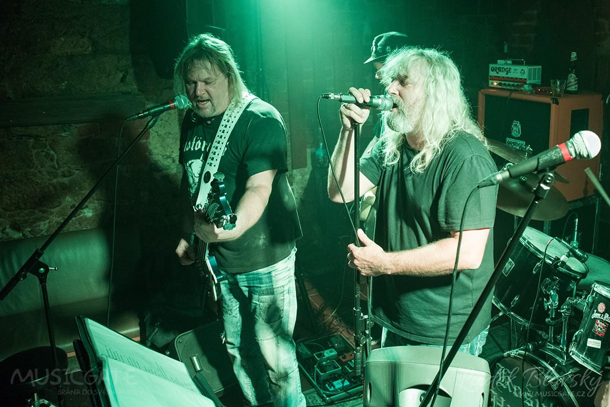 Plzeňský hudební klub zahltila spousta novinek, mlha a hard rock
