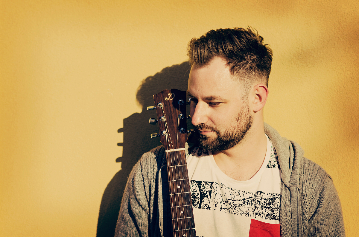 Na scéně je nový slovenský písničkář Marek Vandrák, který představuje singl Stromy
