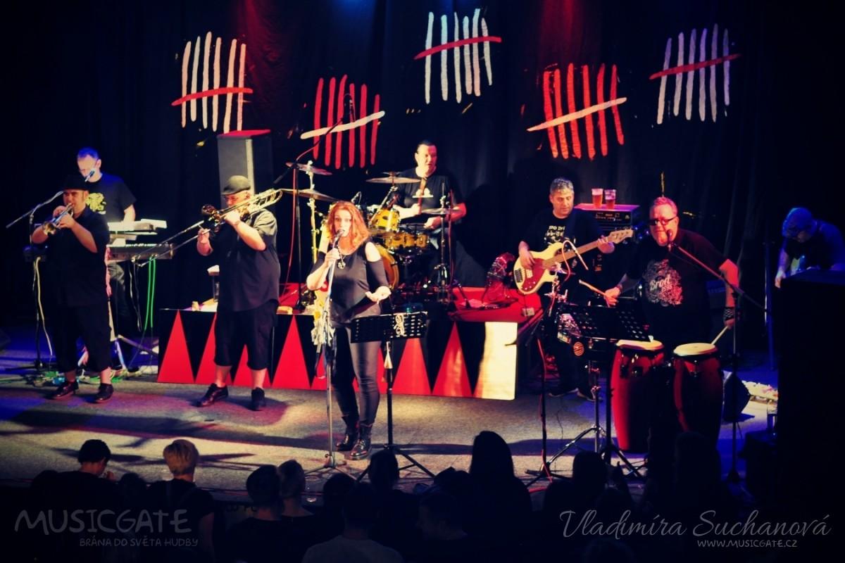 Dámy i pánové oslavili s kapelou Sto zvířat 30 let na hudební scéně