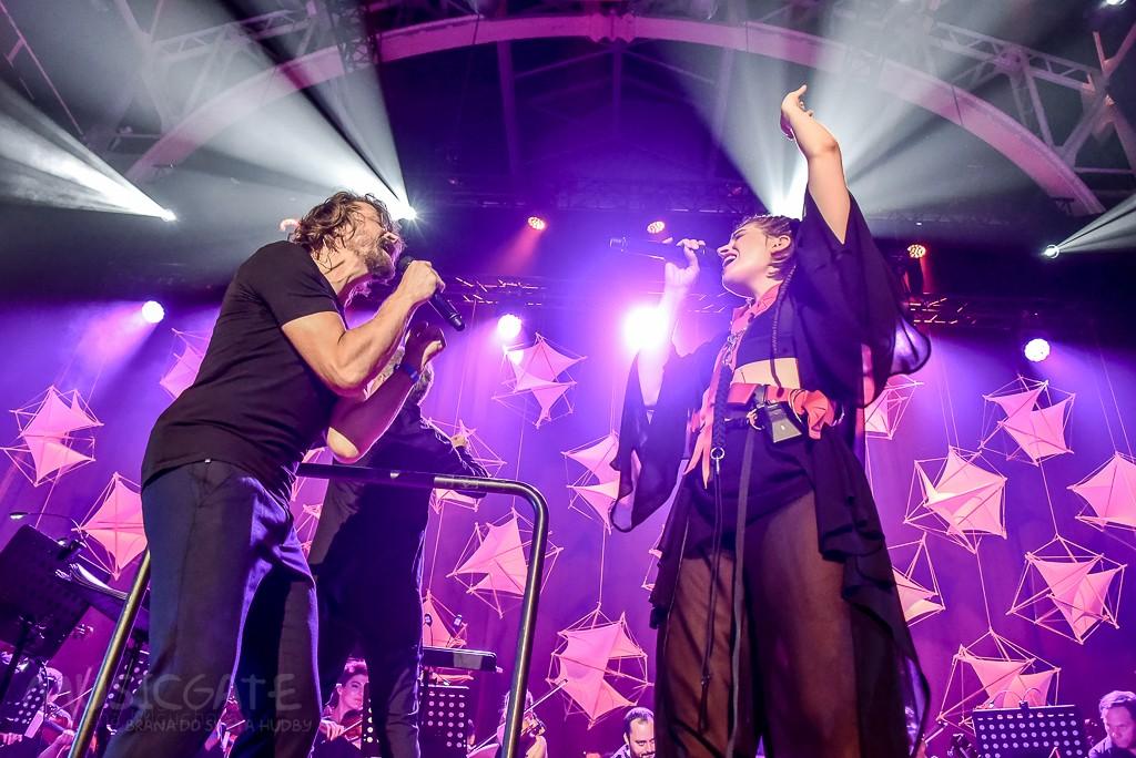 Katarzia zveřejnila koncertní videa s orchestrem, nechybí nová skladba Bonsai ani duet s Danem Bártou