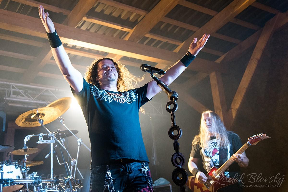 Metalový Arakain přilákal na Vlčtejn stovky fanoušků