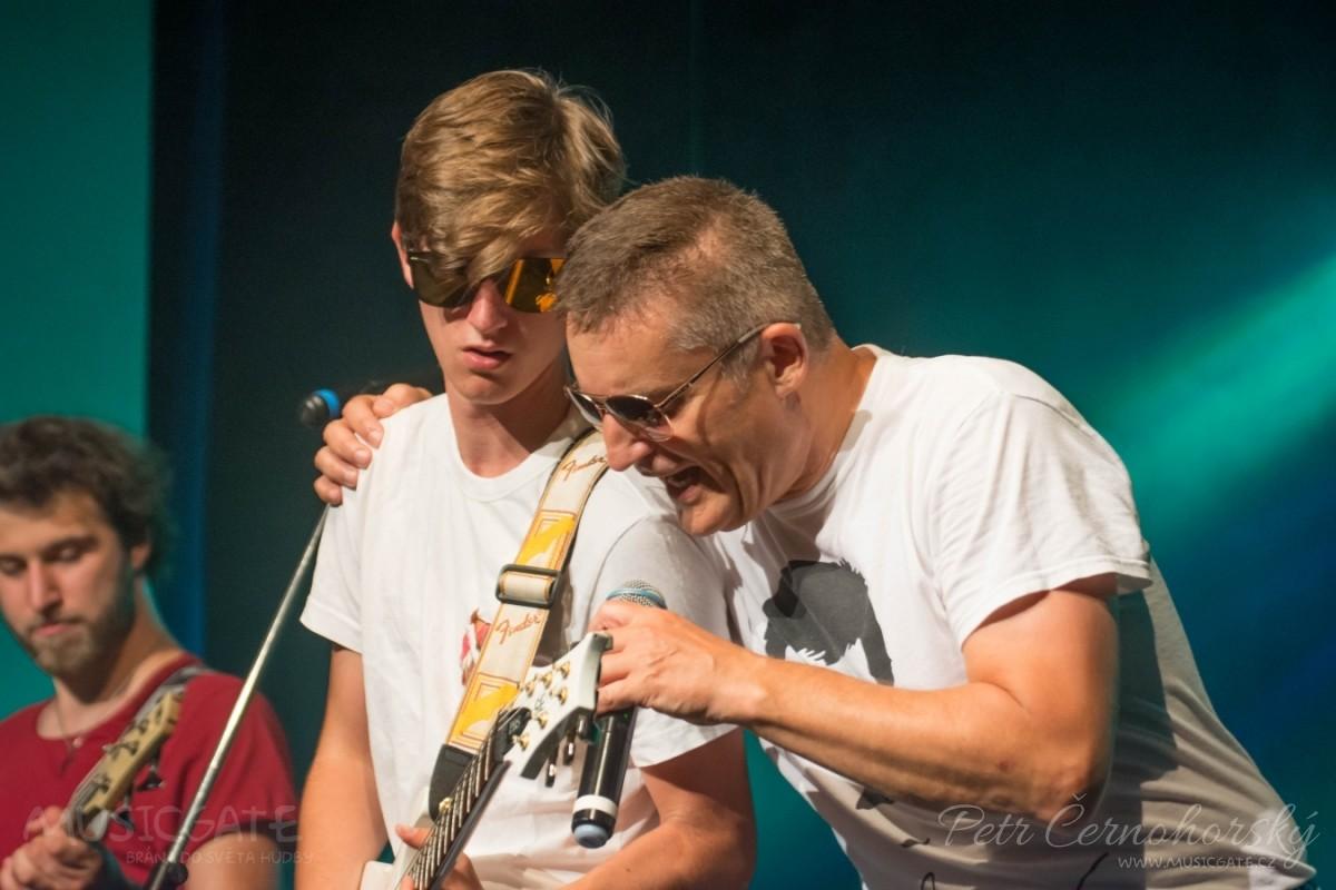 Vláďa Hron s kapelou THE DROPS v Hogo Fogo divadle v Drážkově