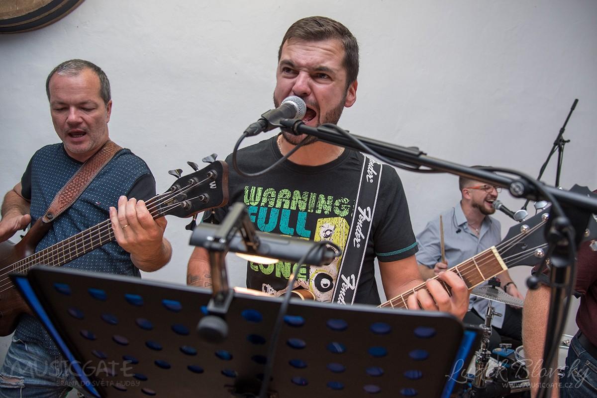 Zábavová kapela Kudrnáči v Dožicích nezklamala