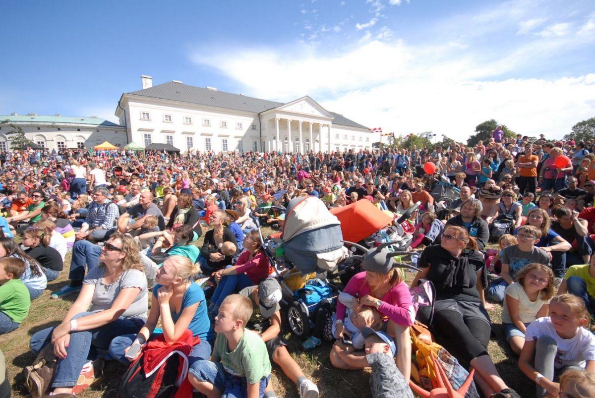 Rodinný festival Kefír představuje program pátého ročníku  na zámku Kačina. Letos poprvé na něm návštěvníci také přenocují